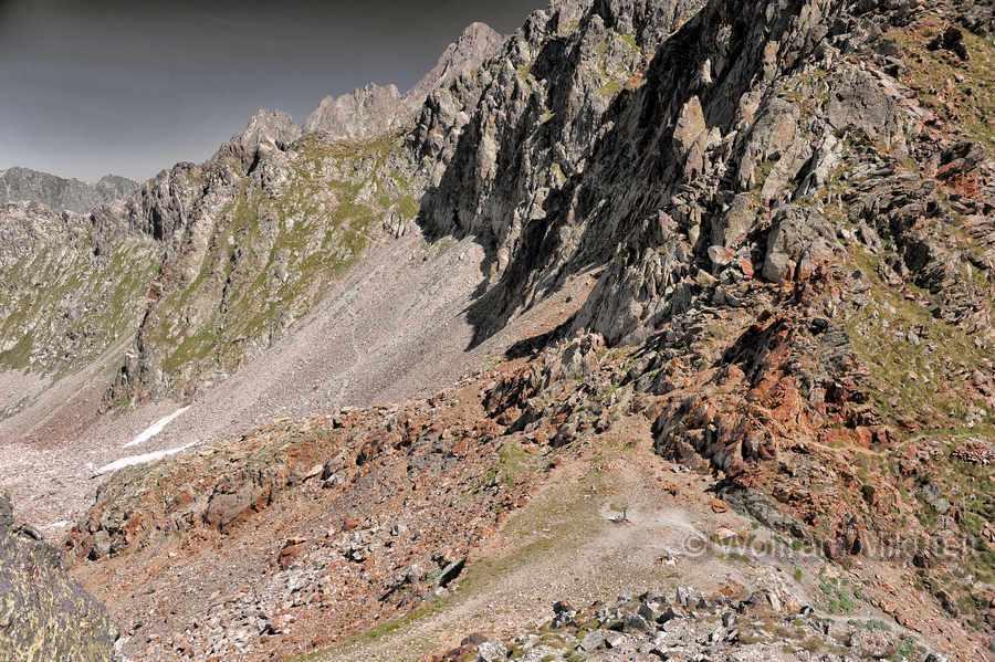 Colle di Ciriegia - 2.543 m, links Italien, rechts Frankreich - Foto: © Wolfram Mikuteit