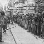 Festnahme von Zivilisten nach dem Attentat in der Via Rasella - Bundesarchiv, Bild 101I-312-0983-03 / Koch / CC-BY-SA