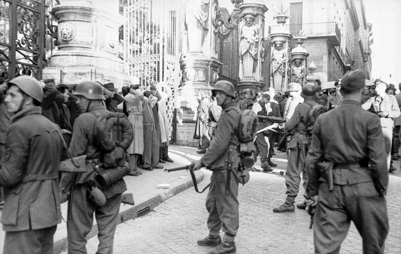 Festnahme von Zivilisten nach dem Attentat in der Via Rasella - Bundesarchiv, Bild 101I-312-0983-05 / Koch / CC-BY-SA