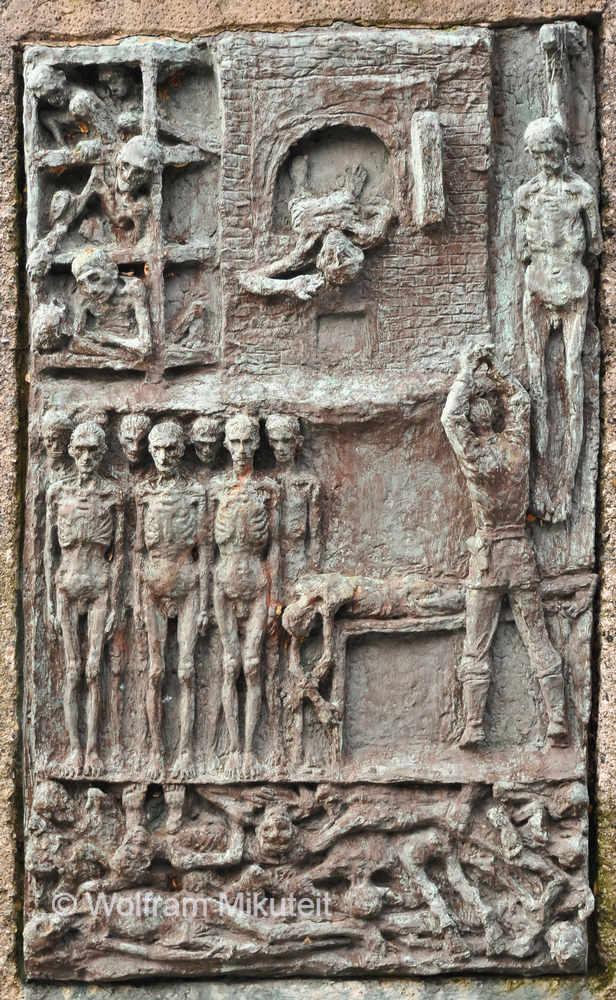 """Ausschnitt des Reliefs von Nicola Neonato am Eingang zum """"Parco della Pace"""" in Benedicta - Foto: © Wolfram Mikuteit"""