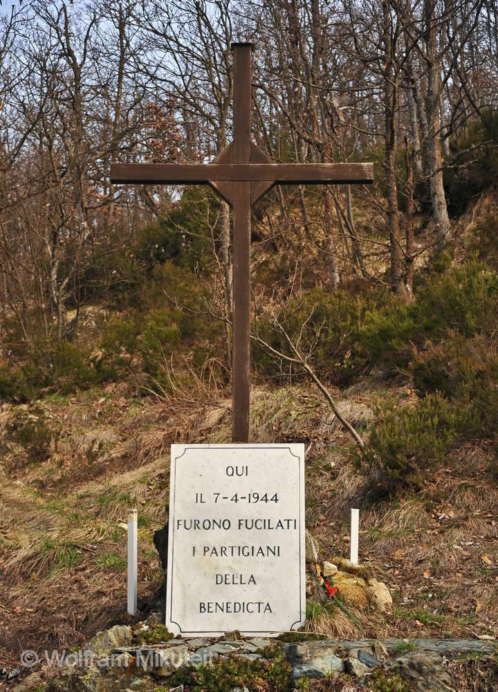 """ein schlichtes Kreuz steht heute dort im """"Parco della Pacd"""" in Benedicta, wo am 7. April 1944 die Erschießungen stattfanden - Foto: © Wolfram Mikuteit"""