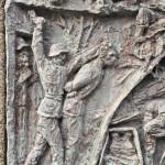 """Ausschnitt des Reliefs von Nicola Neoato, am Eingang zum """"Parco della Pace"""" in Benedicta - Foto: © Wolfram Mikuteit"""