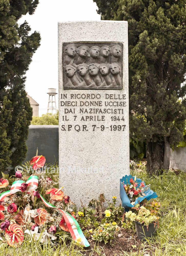 Denkmal für die am 7. April 1944 ermordeten 10 Frauen - Foto: © Wolfram Mikuteit
