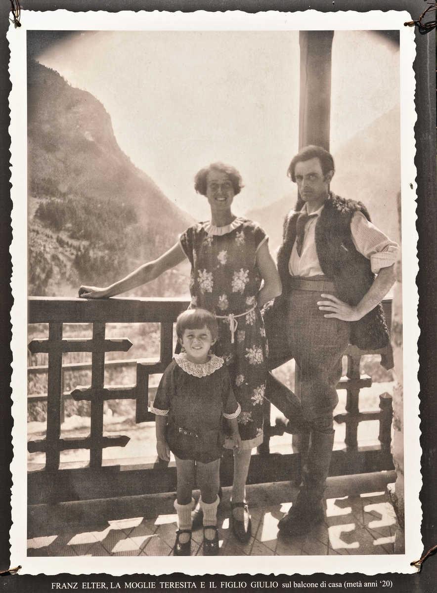 Teresita und Franz Elter, mit Sohn Giuglio, auf dem Balkon ihres Hauses in Cogne