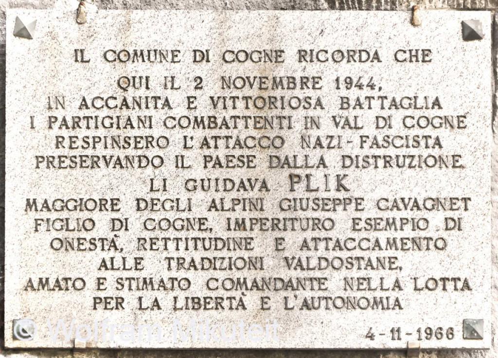 """Gedenktafel für die Gruppe """"Arturo Verraz"""", die noch am 2. November 1944 - dem letzten Tag der Partisanenrepublik Cogne, versucht hat, die Deutschen aufzuhalten - Foto: © Wolfram Mikuteit"""