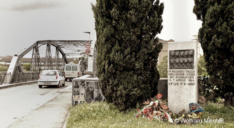 Brotaufstände in Rom - Gedenkstele für die 10 ermordeten Frauen an der Ponte dell'Industria in Rom - Foto: © Wolfram Mikuteit